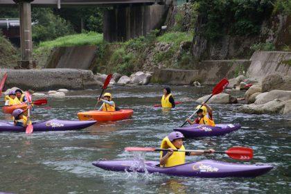 バランスを取りながらカヌーを漕ぐ
